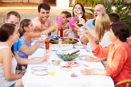 Familia compartiendo comida en Terraza